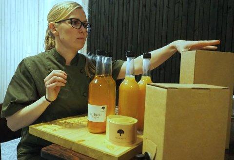 NYE LOKALER: Maren Myrvold gleder seg over å kunne produsere andre sesong med eplemost i egne lokaler. Siste hånd på verket er en innbydende emballasje før produktet hentes av kundene.