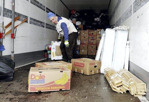 Lastebilen fylles opp: En dobbeltseng er blant det som får ny anvendelse i Ukraina. Men mest klær sendes til landet.