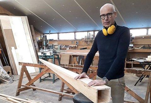 ORGELBYGGEREN: Orgelbygger Fokke Feenstra i firmaet F.R. Feenstra Orgelrestauratie står her ved den nylagde basspipa som skal sørge for mer bunnklang i Holmestrand kirke.