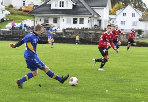 I FARE: Halsnøy/Trio står no i fare for å rykka ned frå femte divisjon. Her ser du Ingvald A. Johnsen i aksjon mot ein Radøy/Manger-spelar.
