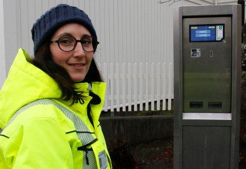 PARKERING: Trafikkbetjent i Kongsberg kommune Marie Årolilja Kvamme, har vært synlig i bybildet de siste dagene. Hun forklarer alle som spør om hvordan de skal forholde seg til nye P-automater.