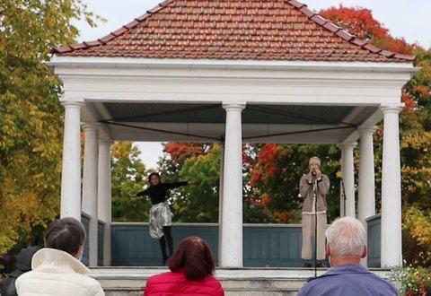 STEMNINGSFULLT: Hele Bern Haga og Svein Westad åpnet årets fredskonsert.