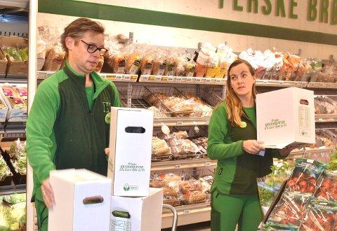FORNØYDE: Lars Smørgrav og Charlotte Sanden er to av dem som har stått på under pandemien, og som blir belønnet med 10.000 kroner i bonus av Norgesgruppen.