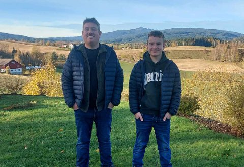 HAGESERVICE: Kim Kristian Rogstad med sønn og assistent Anton.