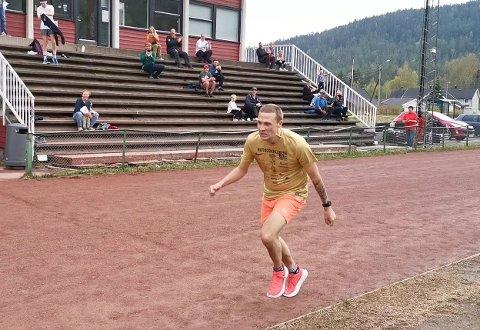 """VEDDEMÅL: Den tidligere ganske utrente Per Øivind """"Pølsa"""" Øverlie (34) løp 1 mil i Idrettsparken fredag ettermiddag. Men greide han å nå målet om 1 mil på under 45 minutter?"""