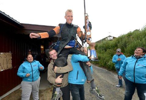 LYSTEN PÅ NY TITTEL: Kim-André Aannestad Lund blir feiret etter at han ble skytterkonge på Landskytterstevnet på Oppdal i 2013. FOTO: OLE JOHN HOSTVEDT