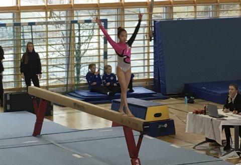 Kretsmester: Line Sofie Westgård ble kretsmester for jenter rekrutt 12. – Hun er veldig flink, skryter treneransvarlig i Ballstad gym og turn, Lisa Arctander.Alle foto: Privat
