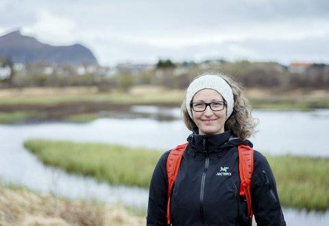 På oppdrag: Lærer Marte Arctander ved Leknes skole foran Borrivatnet.
