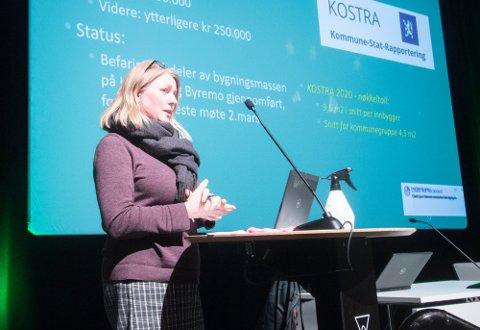 FORDELING: Kommunalsjef Kristine Valborgland har fått 1,5 millioner kroner som skal fordeles på lyngdalsbedrifter som er sterkt sammet av smitteverntiltak.