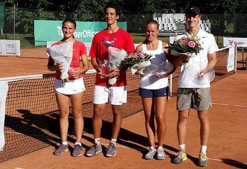 VINNERE: De var fornøyde, både sølvvinnerne Mina Pedersen (f.v.) og Daniel Izadifar, og Norgesmesterne Karoline Murer Rohde-Moe og August Simonsen.