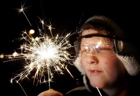 Vernebriller: Vernebriller er svært viktig når man håndterer eksplosiver som fyrverkeri på nyttårsaften. Ha også slokkeutstyr tilgjengelig, anbefaler brannvesenet. Med en snøfri nyttårsaften er brannfaren ekstra stor. Foto: Gorm Kallestad / SCANPIX