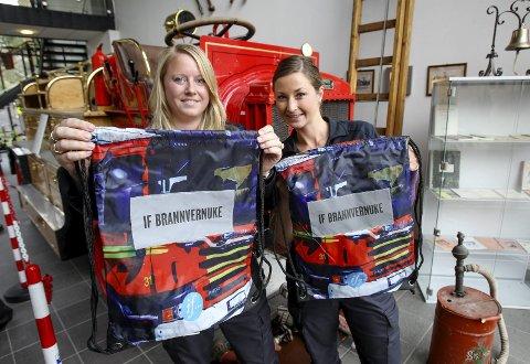 Klare: Lise Mette Lyshaugen og Andrea Nilsen er klare for åpen dag på brannstasjonen.foto: terje holm