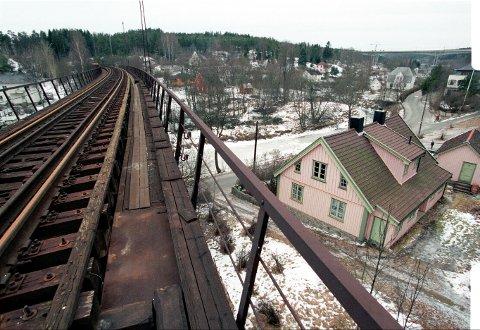 Ut på tur: Det gamle  jernbanesporet kan  bli gang- og sykkelvei hvis kommunen og Bane NOR blir enige.