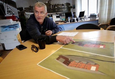 Spaden i jorda: Planen er å starte byggingen av hallen til våren, forklarer Ketil Svelland, som viser skisser av hvordan bygget kan bli. .