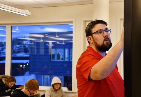 REKTOR OG MATEMATIKKLÆRER: Tor Inge Sandnes er rektor ved Rørvik skole. Fra januar er han også matematikklærer for 8A.