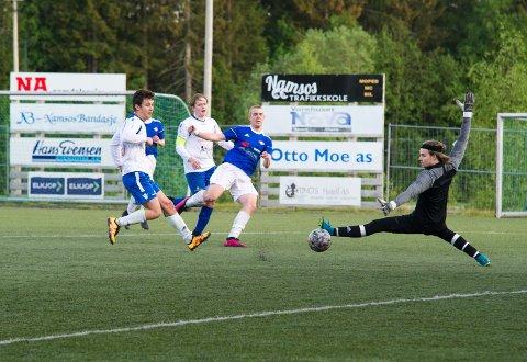 MÅLRIKT: Tomas Elverum scoret to mål da Namsos slo Bangsund. Her scorer han sitt andre mål for dagen, uten at Bangsund-spillerne Atle Havik Heia, kaptein Martin Nielsen eller keeper Espen Amundsen kan gjøre noe.