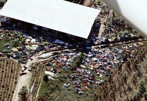 Makabert: Over 900 lik ble funnet i Jonestown etter Jim Jones delte ut saft med cyanid. Over 300 av de døde var barn.