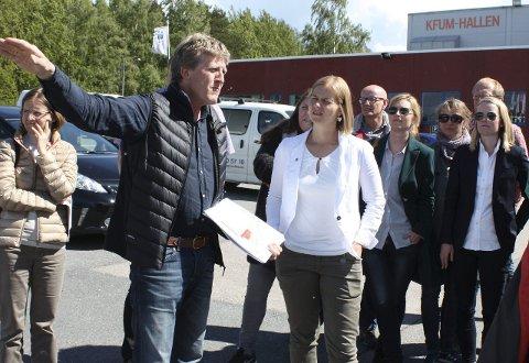 BYRÅD LYTTER: Vegard Kobberdal informerte Guri Melby om KFUMs utbyggingsplaner på Ekebergsletta.Foto: Aina Moberg
