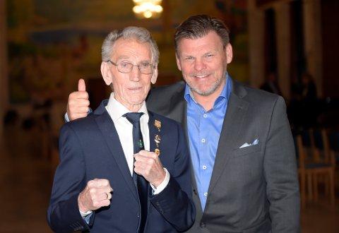 """MR. BOKSING: I slutten av april ble bokseveteranen """"Biggen"""" hedret i Oslo rådhus. Her sammen med sportssjef i Norges Bokseforbund, Per Arne Skau."""