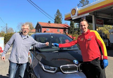 GOD SERVICE: Bjørn Klovland (t.v.) er takknemlig for at Magnus Macdonald uten videre ga ham nøklene til sin egen bil da han nylig punkterte og hadde dårlig tid til flere avtaler.