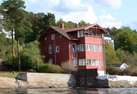 MOSSEVEIEN 201C: Dette røde huset ble i fjor malt i en annen farge og solgt til Eiendoms- og byfornyelsesetaten. Det hadde ikke Plan- og bygningsetaten fått med seg da de sendte ut varsel om pålegg og tvangsmulkt for et ulovlig forhold som allerede er rettet opp.