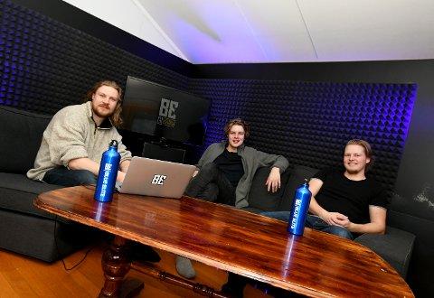 Harald Ødegaard, Johannes Bakken og Joakim Hoel i det som blir studio under livesendingen.