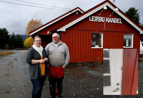 Det var i Otta Treprodukters lokaler i gamle Leirbu handel at Benita og Odd Arne Fugleslåen oppdaget pappbiten mellom utgangsdøra og dørkarmen.
