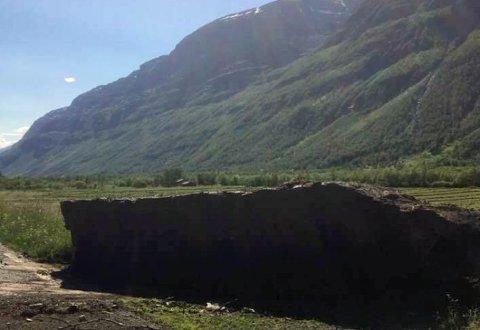 STEINSPRANG: Denne steinblokka raste tirsdag ned fra fjellet Gámanjunni i Manndalen og ut på fylkesveien. Den er anslått å veie over 50 tonn.