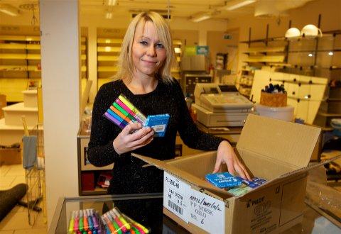 I november 2011 pakket Marthe Lund Henriksen opp varene for å fylle hyllene i den nystartede bokhandelen. Nå har hun stengt dørene. - Jeg tviler på at vi kommer til å åpne igjen, sier Henriksen. (Arkivfoto: Ola Solvang)