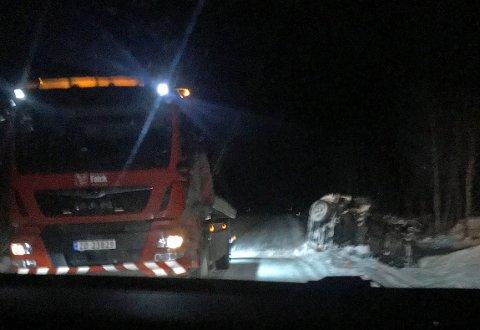 KJØRTE UTFOR: Slik ble personbilen liggende etter utforkjøringen i Tamokdalen tirsdag ettermiddag.