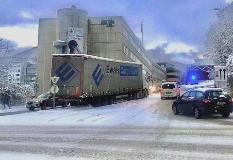 Her står vogntoget fast i bakken. Foto: Torgrim Rath Olsen