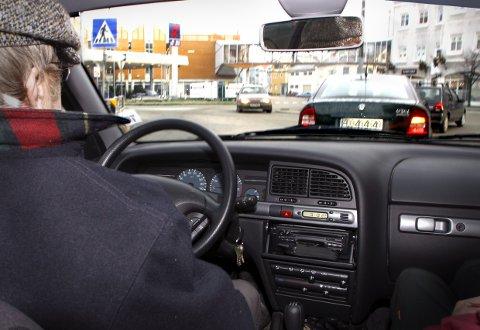 Eldre mann kjører bil. Bilkjøring. Fyllekjøring. Promille. Sjåfør. Bilulykker. Ulykker i trafikken. Farlige situasjoner. Dårlig syn. Uskarpt syn. Utforkjøring. Forbikjøring. Råkjøring. Holde fartsgrensen. Rundkjøring. Trafikkbilde. Alderdom. Levekår for eldre. FOTO: SCANPIX  - - MODEL RELEASED - MODELLKLARERT - -