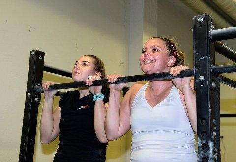 Linn Heiberg (t.v) og Line Ugland trives med treninga på CrossFit Gjøvik. Foto: Asbjørn Risbakken
