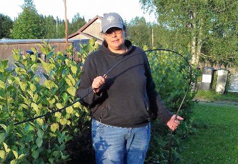 MIDLERTIDIG LØSNING SIDEN DESEMBER: Jane Trolle i Snertingdal har hatt en midlertidig internettkabel fra Telenor i hagen sin siden desember i fjor.