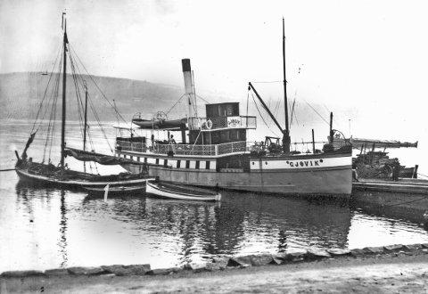 INDUSTRIBRYGGA MED MJØSJAKTA: «Angelo» hadde Gjøvik som hjemmehavn og Fredrik Tålesen som skipper. Dampskipet «Gjøvik» ble bygget i 1901 som lokalrutebåt.Foto fra ca 1905: Wilse, Mjøsmuseet