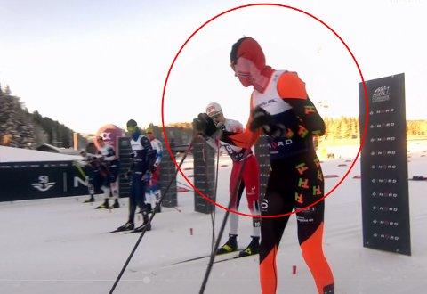 MERKELIG: Da Simen Bratberg Ramstad fra Vind tjuvstartet i sprinten i ski-NM i Trondheim lørdag, ble ikke løperne holdt igjen til han var klar for ny start. Han fikk heller ikke gult kort, slik tjuvstartere vanligvis får.
