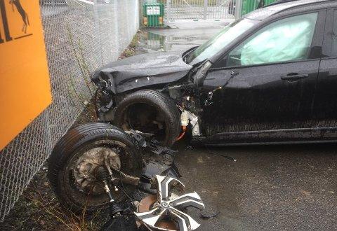 BETYDELIGE SKADER: Volvoen ble påført betydelige skader som følge av utforkjøringen.
