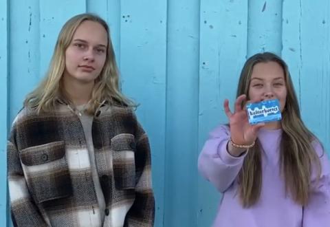 Kulturkortet: Mia Syljusveen og Hermine Kleppe mener Kulturkortet for ungdom er bra.