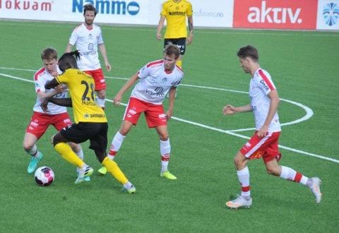 UNDERTALLIG: Mame Mor Ndiaye i aksjon mot altfor mange FFK-spillere.