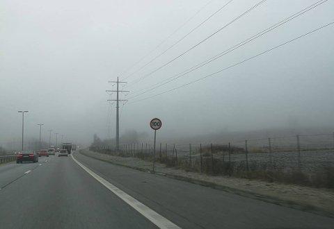 FØLG MED: Siden i våres har fartsgrensen på E6 fra Korsegården til Mosseporten. vært 110 km/t. Nå er farten justert til 100 km/t,. slik man her ser ved Vestby syd.