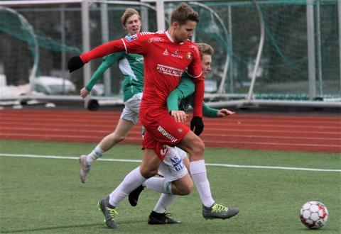 ET NUMMER FOR SMÅ: Ås-spillerne spilte nesten jevnt med DFI, men måtte til slutt se seg slått ut av cupen. Her er det DFIs Mats Lien Vågan som vinner en duell mot Ås' Benjamin Fjeller Schultz.
