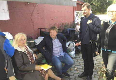 Skuespiller-møte: Lise Fjeldstad er en av skuespillerne i filmen. Her i samtale med Jørn Lier Horst og Hans Jørgen Sandnes.