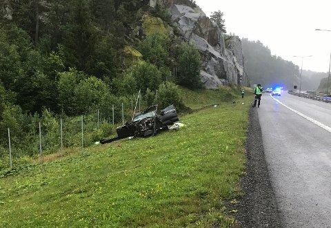 PÅ GRESSET: Bilen kjørte ut rett etter ei fjellside, og snurret rundt mange ganger før den stoppet.