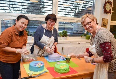 KAKEPYNTERE: Fra venstre Huong Thi Hagebakken, Walborg Fjeldstad og Berit Aarstad koste seg på kakepyntekurset på Møteplassen i Elverum mandag kveld. (Foto: Bjørn-Frode Løvlund)