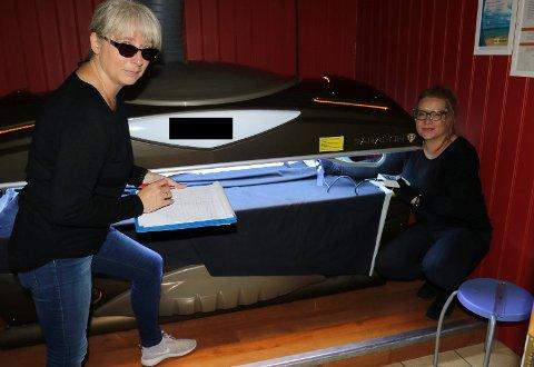 GRUNDIG KONTROLL: Sigrun Elsetrønning fra miljørettet helsevern i Sør-Østerdal, til venstre, og Jenny Thorkildsen fra samfunnsmedisin i Solør har gjennomført kontroll av over 50 solsenger og er fornøyd når det gjelder strålin. De er litt mindre fornøyd med renhold av sengene.
