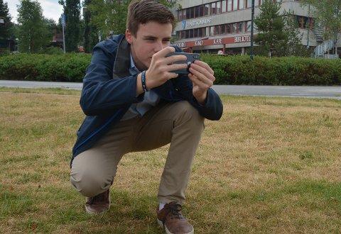 ALLTID PÅ VAKT: Daniel Grindflek (15) er alltid klar med mobilen om det skulle dukke opp et interessant motiv.
