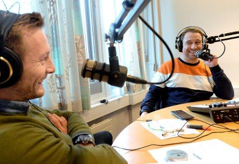 PÅ PLASS: Ulrik Balstad og Jan Morten Frengstad i podkast-studio også denne uka.