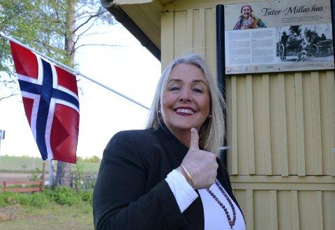 FLAGGER SNART: – Når flagget vaier her fra begynnelsen av mai, er det kaffe og prat å få, sier Nora Pettersen i Tater Millas venner.  Nå jobber man også videre med flere prosjekter ved Milla-huset.