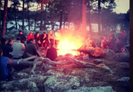 Bilder av elever på tur rundt store bål i Femundsmarka har tidligere vært publisert på skolens instagram.  Skjermdump