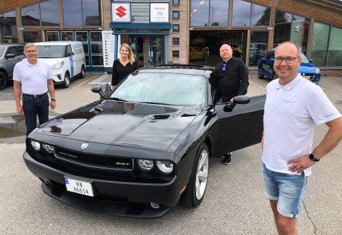 NISJESUKSESSEN: Øyvind Evenstad (nærmest) har solgt langt flere amerikanere enn han og Stig Nordsveen (til venstre) forventet. Tirsdag hentet Bjørn Inge Elsmo Dahl og Sidsel Husa sitt nye bilsmykke.